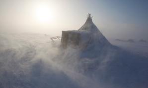Tormenta de Primavera - una vivienda Nenets en la tundra cerca de Tambey