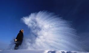 El agua hervida tirada al aire con -51°C de temperatura externa se transforma en vapor e hielo. Eso es porque el agua hervida se comporta como un gas que, en contacto con el frío, se vuelve gotitas que se congelan en seguida.