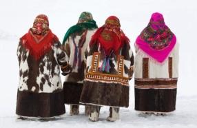 Mujeres Khanty con sus trajes tradicional en el festival de primavera en el pueblo de Pitlyar
