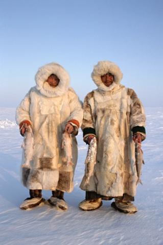 Pastores Nenets. Sasha Yeyvi (derecha) y Sertoharby, su abuelo, con sus presas en las manos que recién pescaron de debajo del hielo