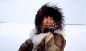 Nadiya Asyandu, mujer Nganasan, viajando sobre el río helado de Kheta
