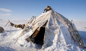 Natasha Nomro, mujer Chukchi, sacando la nieve de su vivienda hecha de piel de reno