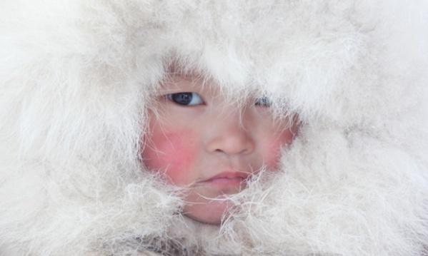 Nenya Vanuito, niña Nenet, con su sombrero tradicional de pelo